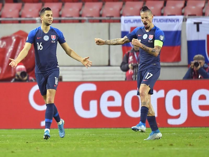 Na snímke vpravo radosť strelca druhého gólu Slovenska Mareka Hamšíka, vľavo Dávid Hancko