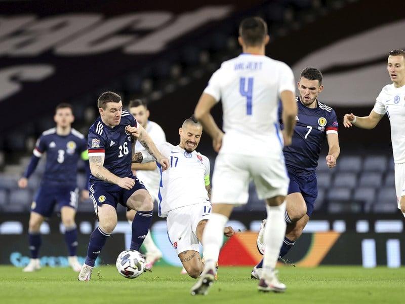 John Fleck a Marek Hamšík v súboji o loptu