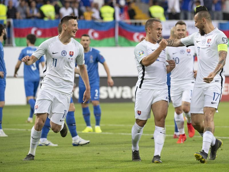 Róbert Boženík, strelec gólu Stanislav Lobotka a kapitán Marek Hamšík oslavujú gól Slovenska