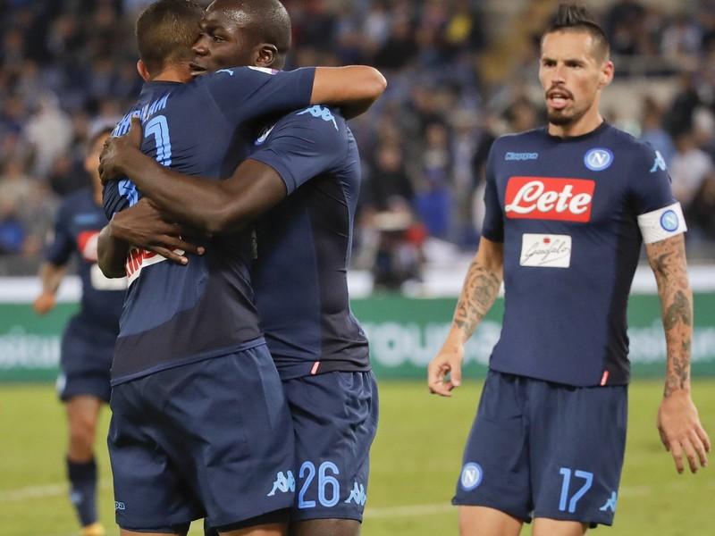 Kalidou Koulibaly, Faouzi Ghoulám a Marek Hamšik oslavujú gól Neapolu