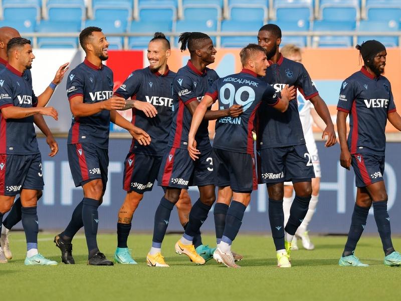 Marek Hamšík oslavuje gól so spoluhráčmi z Trabzonsporu