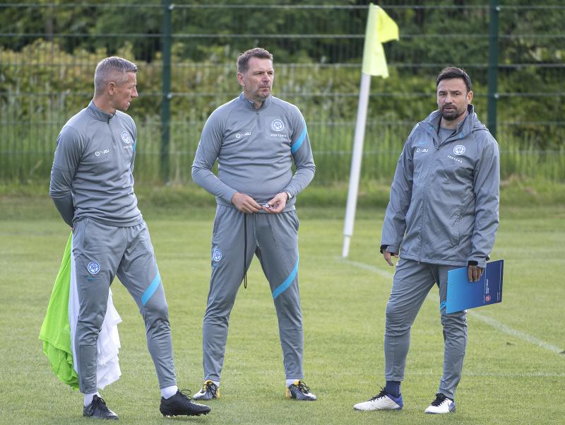 Sprava asistent trénera Samuel Slovák, tréner slovenských futbalistov Štefan Tarkovič a vľavo asistent Marek Mintál