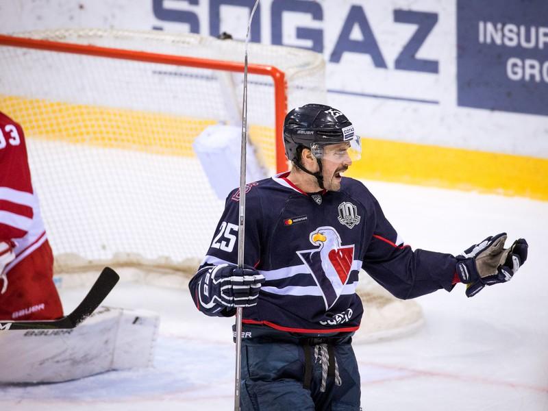 Sprava: Marek Viedenský z HC Slovan Bratislava a Tomi Karhunen z Viťaz Podoľsk