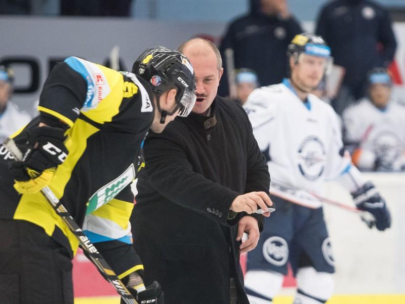 Marian Kotleba hádže buly v zápase HC 07 Orin Detva - HC Košice
