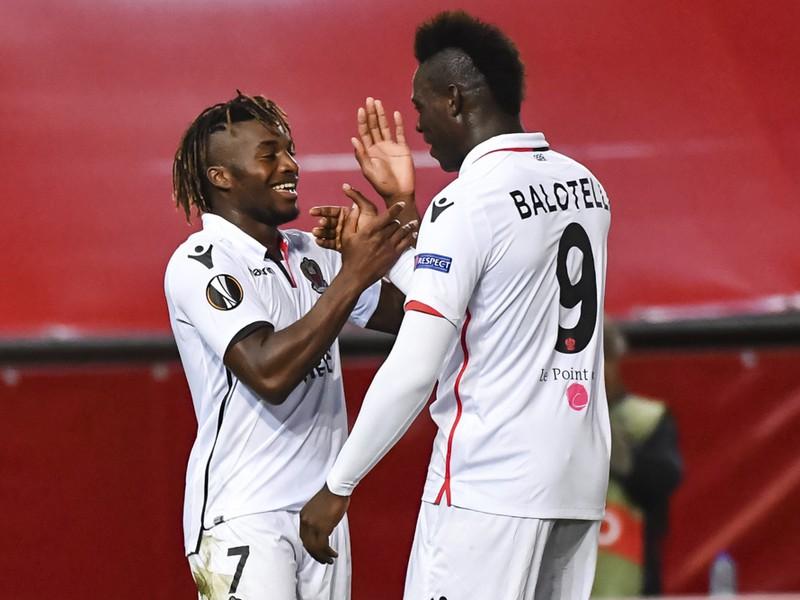Mario Balotelli (9) a Allan Saint-Maximin oslavujú gól Nice v Európskej lige proti belgickému Waregemu