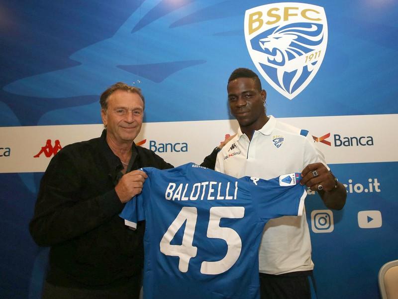 Prezident Brescie Massimo Cellino (vľavo) a futbalista Mario Balotelli držia klubový dres na tlačovej konferencii v Brescii