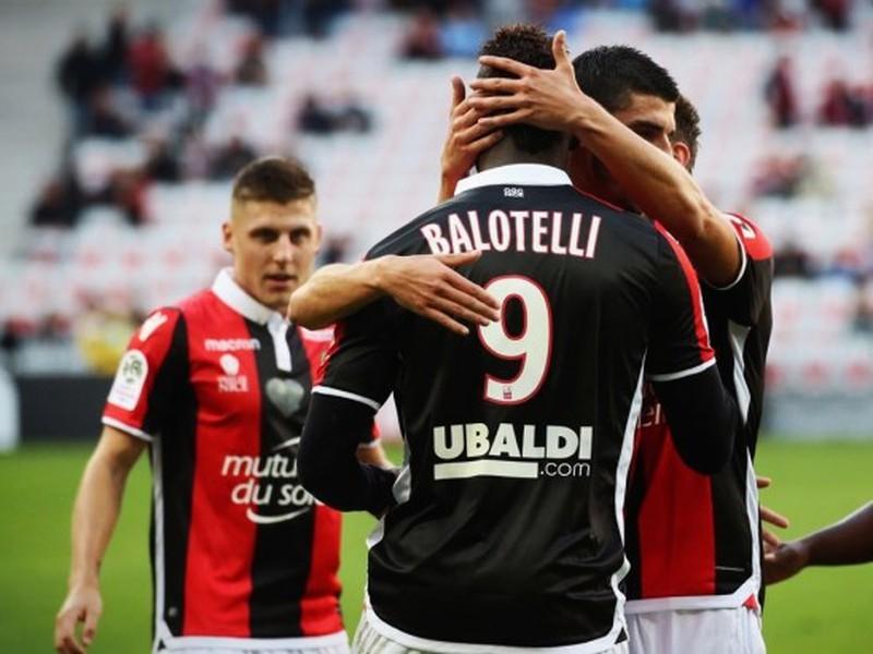 Mario Balotelli so spoluhráčmi oslavuje svoj gól