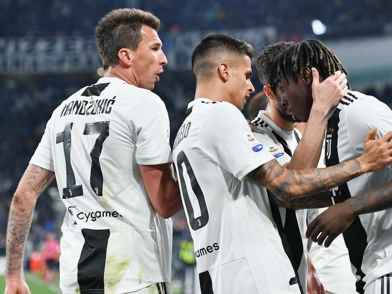 Moise Kean so spoluhráčmi oslavuje gól Juventusu