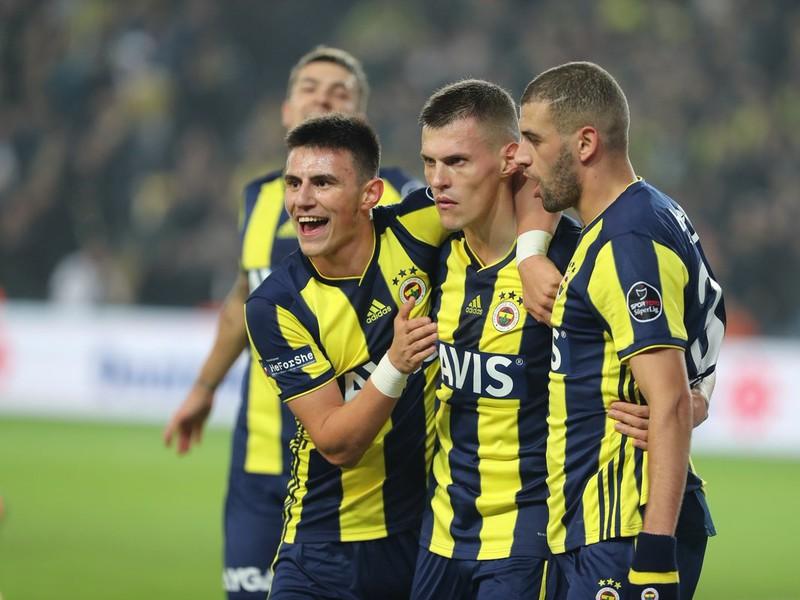 Martin Škrtel oslavuje so spoluhráčmi gól