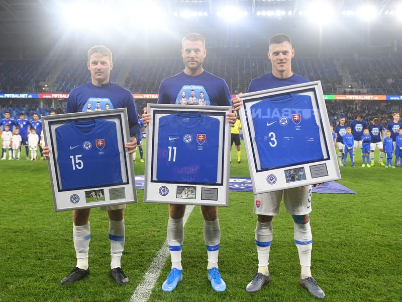 Na snímke slovenskí futbaloví reprezentanti zľava Tomáš Hubočan, Adam Nemec a Martin Škrtel sa lúčia s reprezentačným dresom