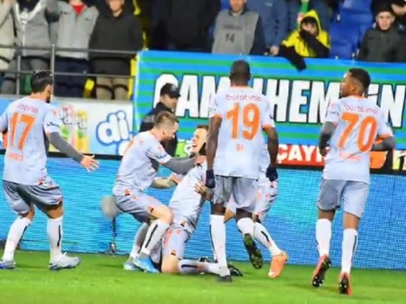 Martin Škrtel so spoluhráčmi oslavuje svoj víťazný zásah
