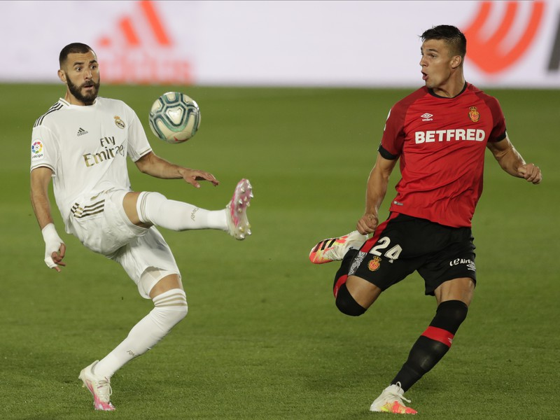 Slovenský obranca RCD Martin Valjent a francúzsky útočník Realu Karim Benzema
