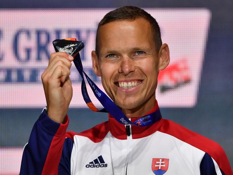 Slovenský chodec Matej Tóth pózuje so striebornou medailou