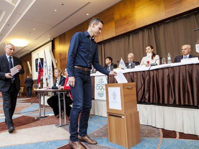 Volebné 51. valné zhromaždenie Slovenského olympijského výboru (VZ SOV) sa uskutočnilo 26. novembra 2016 v Bratislave. Na snímke slovenský reprezentant v chôdzi Matej Tóth pri voľbe nového prezidenta SOV.