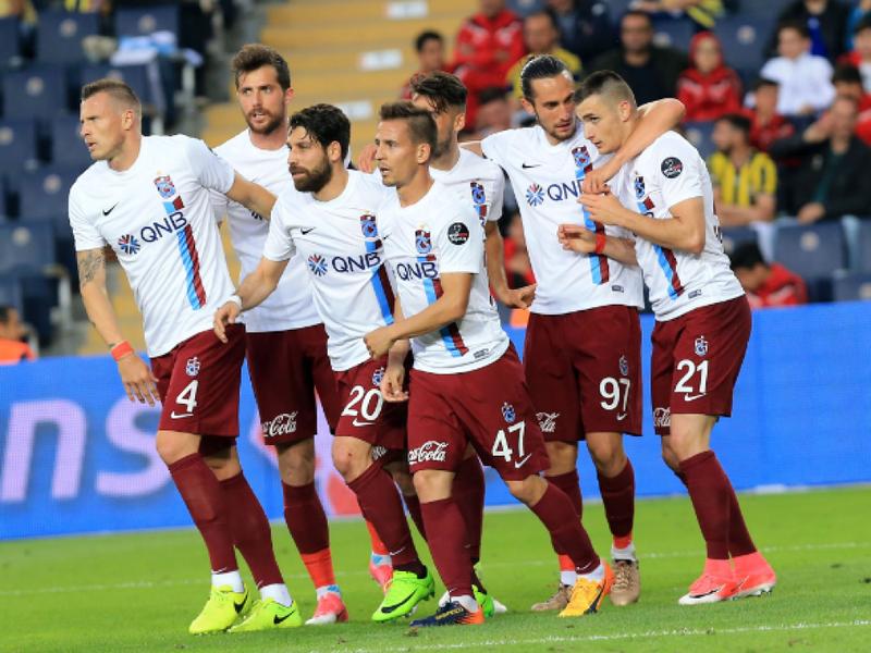 Matúš Bero oslavuje gól so spoluhráčmi
