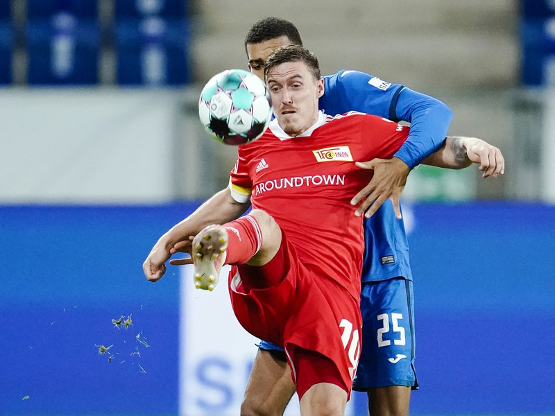 Na snímke v popredí hráč Berlína Max Kruse a hráč Hoffenheimu Kevin Akpogumav
