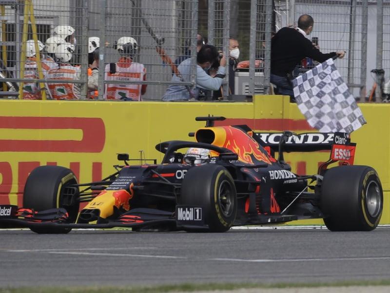 Holandský jazdec F1 zo stajne Red Bull Max Verstappen víťazí počas pretekov nedeľňajšej Veľkej ceny Emilie-Romagna formuly 1 na okruhu Imola