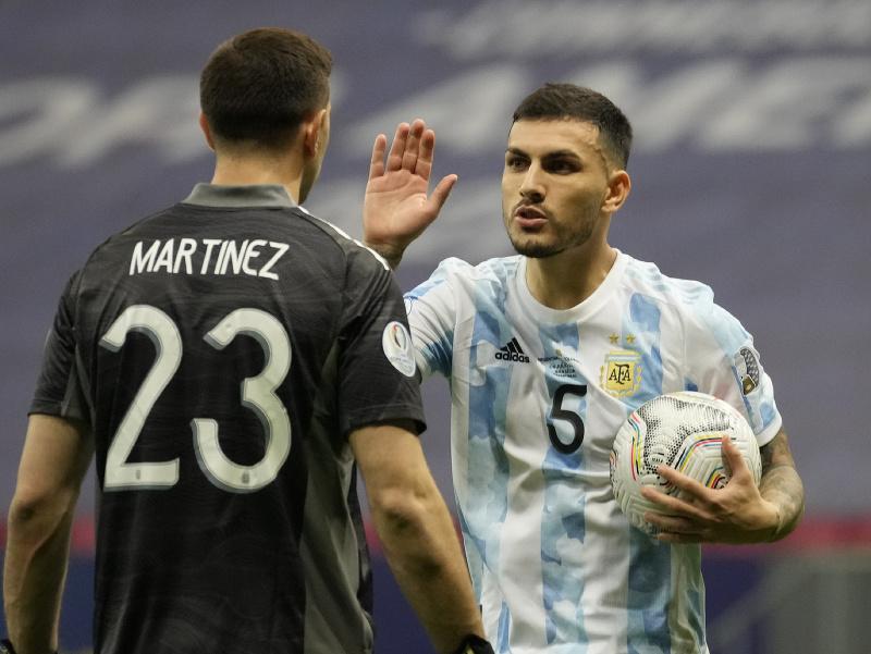 Argentínčan Leandro Paredes oslavuje spolu s brankárom