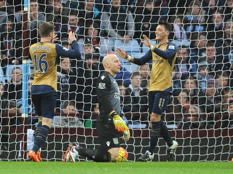 Mesut Özil a Aaron Ramsey oslavujú gól Arsenalu