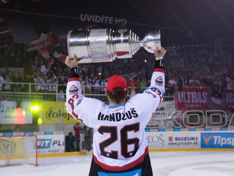 Michal Handzuš oslavuje zisk historicky prvého majstrovského titulu