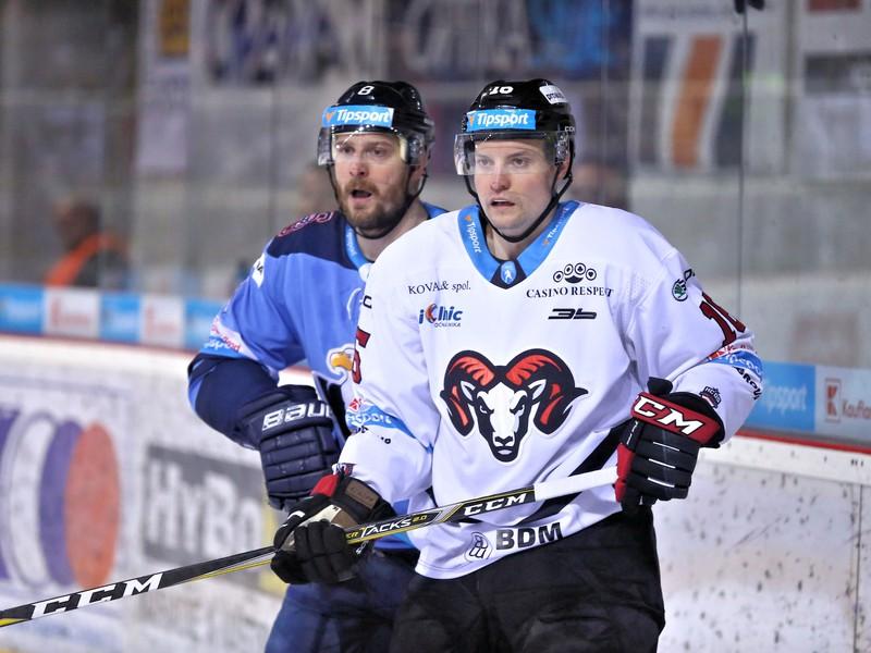 Michal Sersen z HC Slovan Bratislava a Jordan Hickmott z HC '05 iClinic Banská Bystrica
