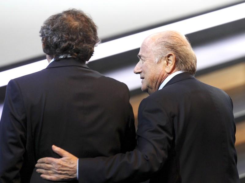 Joseph Blatter a Michel Platini (vľavo)