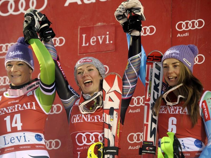 Mikaela Shiffrinová (v strede)