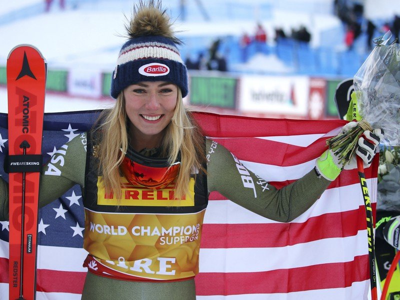 Americká zjazdárka Mikaela Shiffrinová drží národnú vlajku po víťazstve v superobrovskom slalome na majstrovstvách sveta v alpskom lyžovaní vo švédskom Are