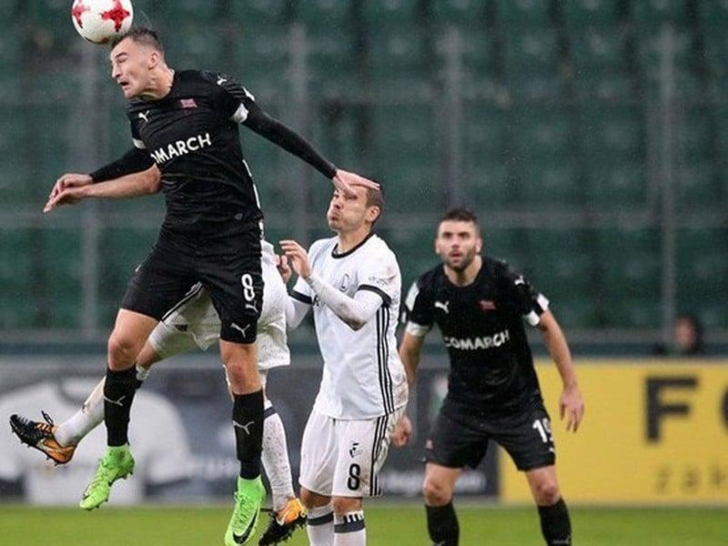 Milan Dimun vo výskoku hlavičkuje