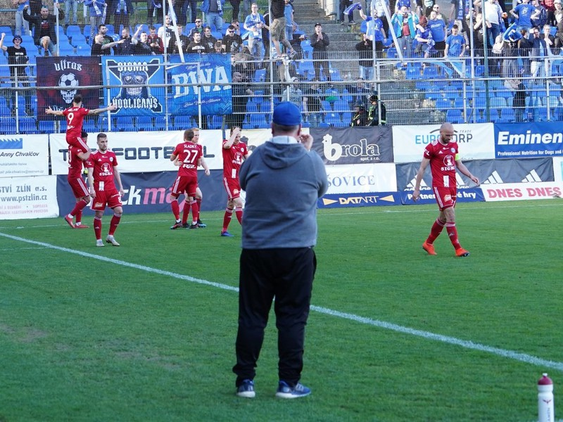 Milan Lalkovič (9) a jeho gólové oslavy so spoluhráčmi