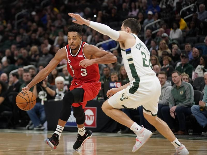 Hráč Milwaukee Bucks Pat Connaughton (vpravo) bráni CJ McColluma z Portlandu Trail Blazers