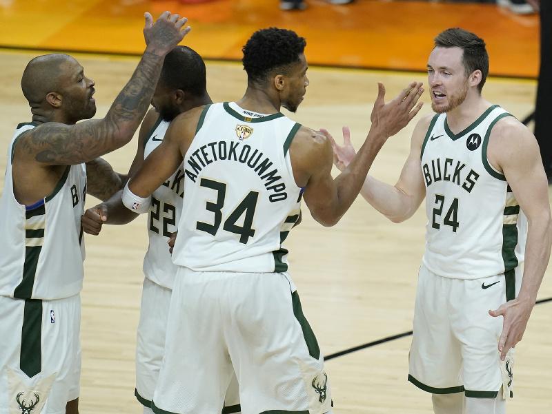 Hráči Milwaukee Bucks majú majstrovský mečbal