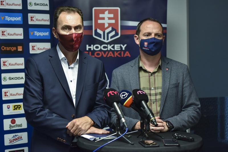 Zľava prezident SZĽH Miroslav Šatan a generálny sekretár SZĽH Ivan Pulkert počas tlačovej konferencie po skončení zasadnutia Kongresu SZĽH