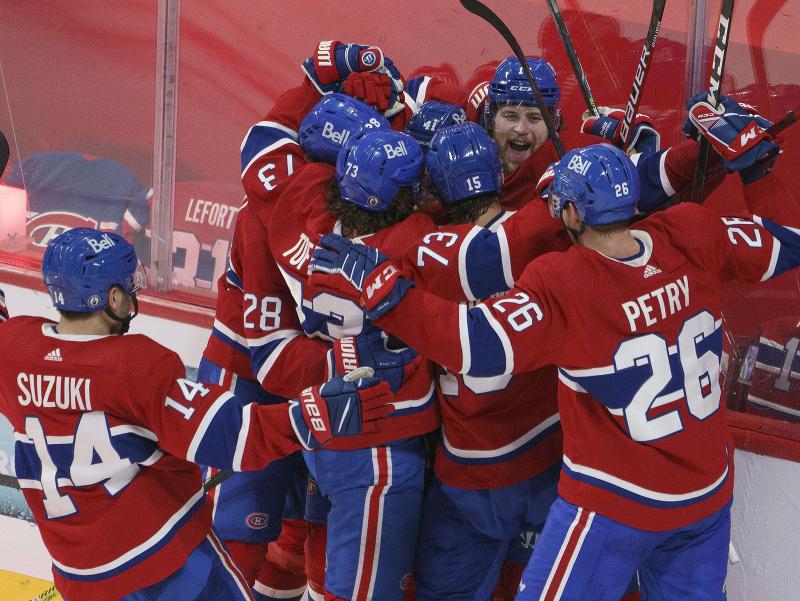 Hráči Montrealu Canadiens oslavujú víťazný gól v predĺžení Josha Andersona