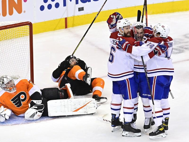 Hráči Montrealu Canadiens oslavujú gól