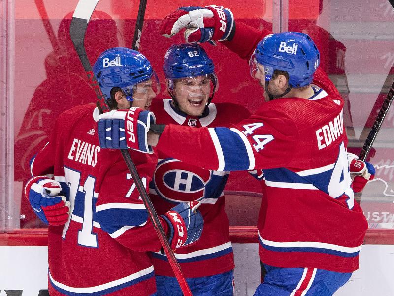 Hráči Montreal Canadiens oslavujú gól