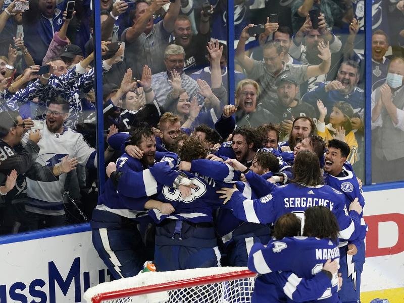Hráči Tampy Bay sa radujú zo zisku Stanley Cupu