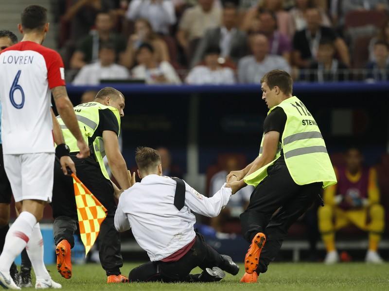 Výtržníci vbehli na ihrisko počas finále majstrovstiev sveta v Rusku