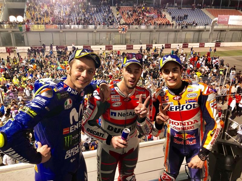 Stupeň víťazov - zľava tretí Rossi, prvý Dovizioso a druhý Márquez