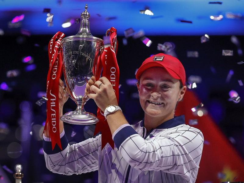 Na snímke austrálska tenistka Ashleigh Bartyová pózuje s trofejou po víťazstve nad Ukrajinkou Jelinou Svitolinovou