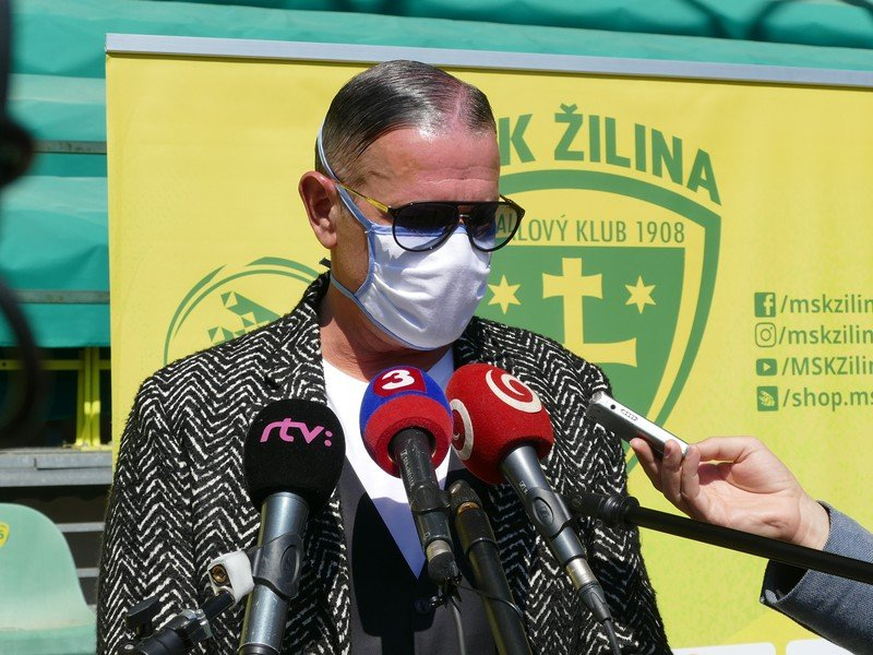 Športový manažér MŠK Žilina Karol Belaník počas brífingu na štadióne MŠK v Žiline
