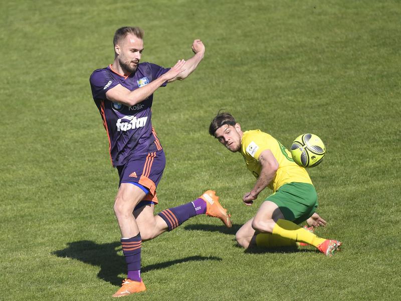 Matej Jakúbek (FC Košice), vpravo Matúš Rusnák (MŠK Žilina)