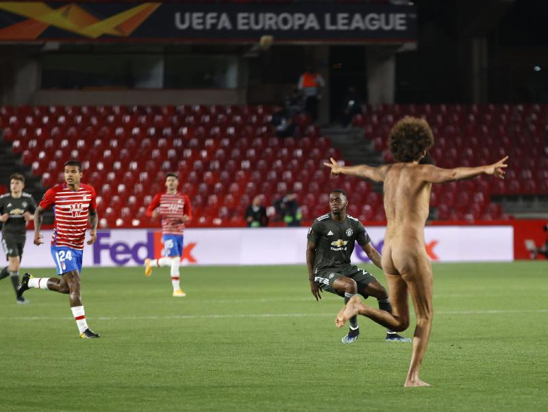 Nahý exhibicionista na trávniku počas prvého zápasu štvrťfinále Európskej ligy Granada CF - Manchester United