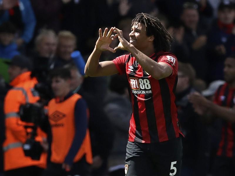 Nathan Aké oslavuje víťazný gól