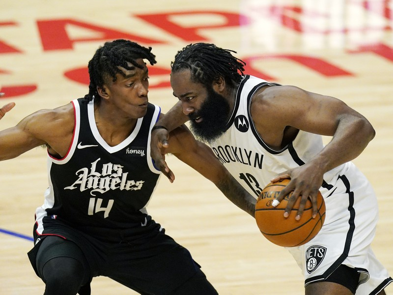Basketbalista James Harden (vpravo) z Brooklynu Nets a Terance Mann z Los Angeles Clippers