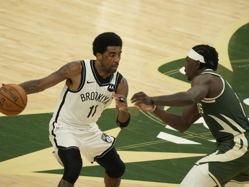 Kyrie Irving a  Jrue Holiday