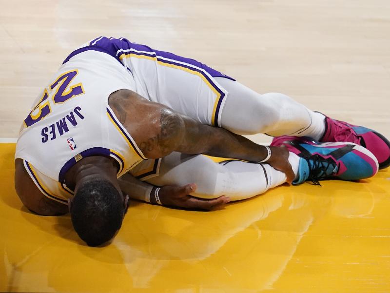 LA Lakers prehrali s Atlantou a prišli o zraneného Jamesa