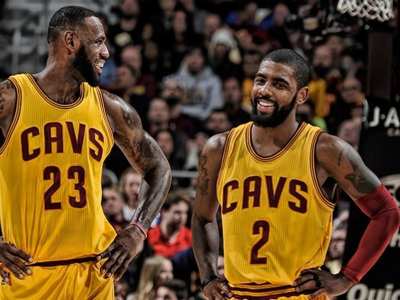 Kyrie Irving (vpravo) a LeBron James