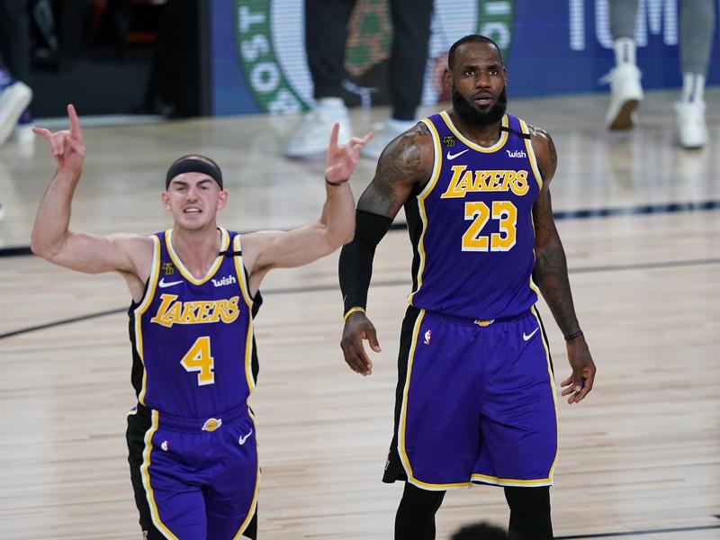 Alex Caruso a LeBron James v zápase proti Portlandu