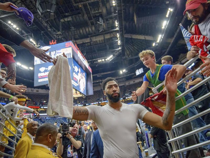 Anthony Davis opúšťa arénu po víťazstve Lakers 114:110